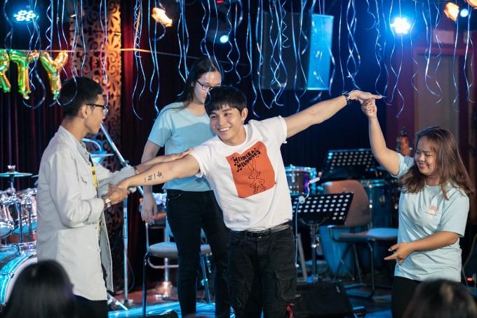 """<p> Sau những chia sẻ, Jun Phạm nhiệt tình tham gia những trò chơi cùng fandom. Giọng ca """"Tân thời"""" rút ngắn khoảng cách với mọi người bằng sự thân thiện, dễ thương.</p>"""