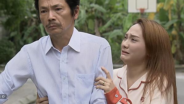 Thư ôm bố khóc nức nở trước cổng nhà chồng.