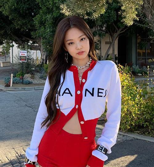 Jennie từng gây tranh cãi khi mặc cardigan theo kiểu chỉ cài hai khuy giữa, buông hờ những cúc còn lại. Tuy nhiên giờ đây cách mặc này của nữ idol lại trở thành hot trend, được nhiều người bắt chước.