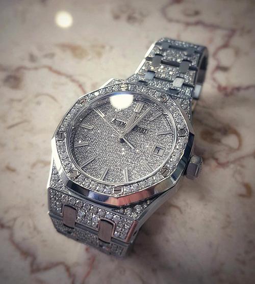 còn bỏ ra 100.000 USD (hơn 2,2 tỉ đồng) để mua chiếc đồng hồ đính vô số viêm kim cương tinh xảo đến từ thương hiệu Audemars Piguet.