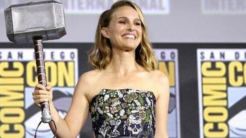 Natalie Portman cầm búa Mjolnir tại sự kiện Comic-Con hôm qua.