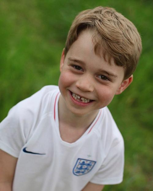Hoàng tử George mặc áo thi đấu của ĐT Anh.