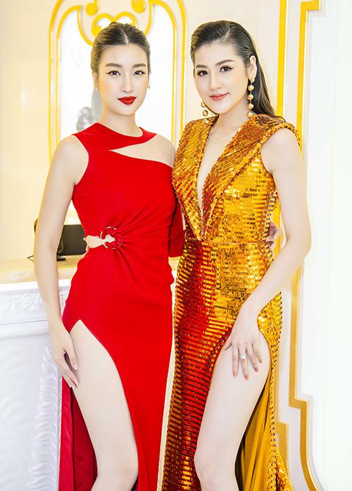 Tại sự kiện này, Tú Anh hội ngộ Hoa hậu Mỹ Linh. Cả hai người đẹp đồng loạt diện váy xẻ cao đến hông khoe đôi chân dài.