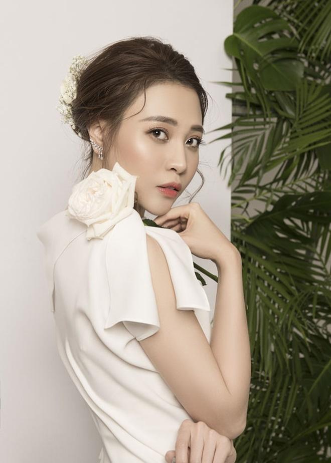 <p> Đàm Thu Trang là người dân tộc Tày, sinh năm 1989 tại Lạng Sơn. Cô từng tham gia nhiều cuộc thi người mẫu, nhan sắc và đạt thành tích cao như <em>Hoa khôi xứ Lạng 2010, </em>Top 6 của cuộc thi<em> Vietnam's Next Top Model 2010, </em>Top 20 <em>Hoa hậu Việt Nam 2012..</em></p>