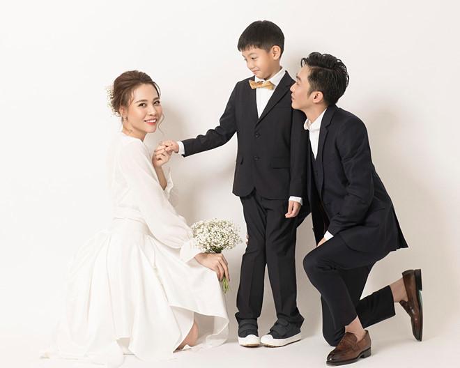 <p> Con trai riêng của Cường Đô La và Hồ Ngọc Hà - bé Subeo - cũng có mặt trong buổi chụp hình. Cậu bé 9 tuổi tạo dáng ăn ý bên cặp đôi.</p>