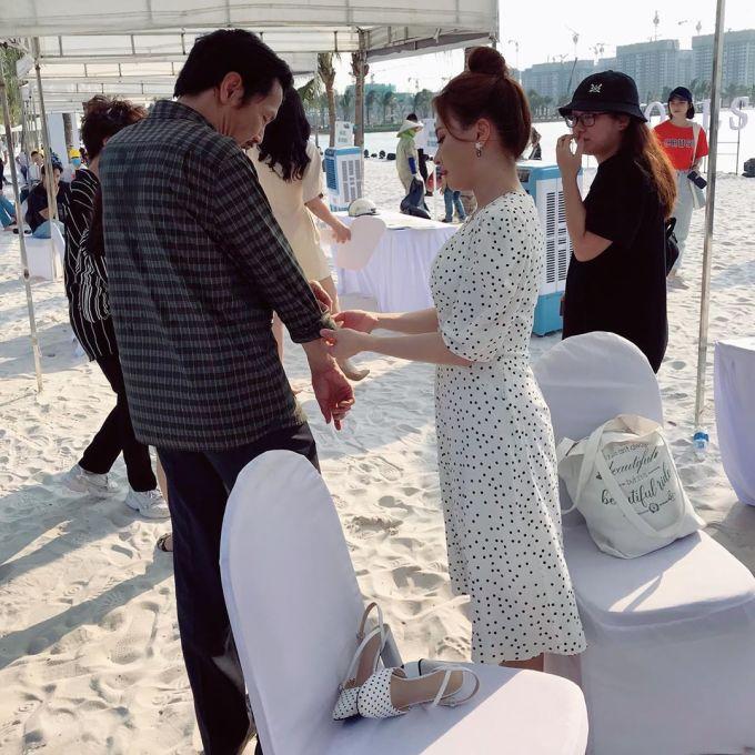 <p> Hình ảnh hậu trường ở một phân đoạn chưa phát sóng cho thấy con gái cưng Bảo Thanh đang giúp bố Trung Anh cài khuy áo.</p>