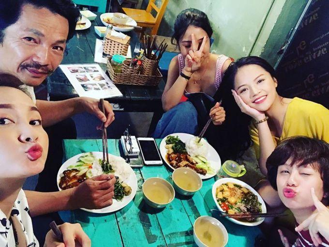 <p> Sau những cảnh quay, cả bốn bố con vui vẻ ăn cơm cùng nhau.</p>