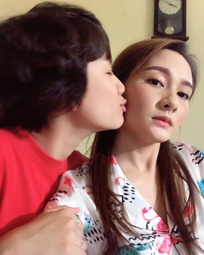 """<p> Ở trên phim hai chị em Anh Thư - Ánh Dương thường xuyên """"chí chóe"""", còn ở ngoài đời thì vô cùng yêu thương nhau.</p>"""