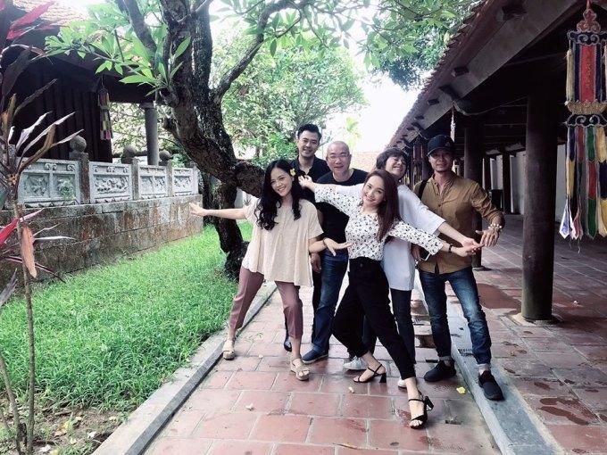 <p> Ba cô con gái của bố Sơn cùng chú Quốc (bố của Bảo) và đạo diễn Nguyễn Danh Dũng vui vẻ chụp hình kỷ niệm khi hoàn thành phân cảnh ngay trong lần quay đầu.</p>