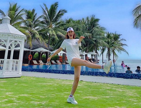 Thúy Ngân nhí nhảnh trong chuyến nghỉ dưỡng, khoe đôi chân dài với quần siêu ngắn.