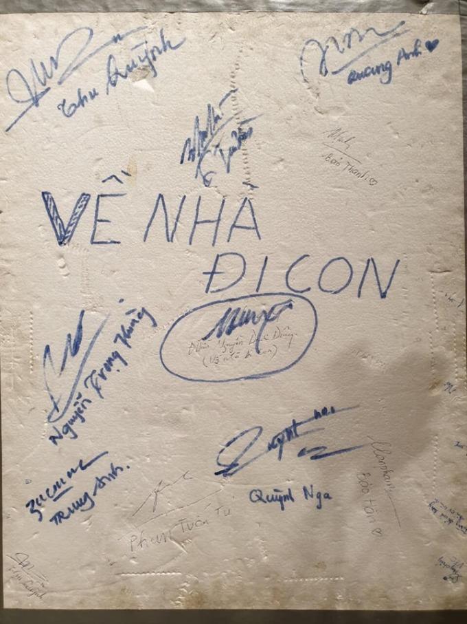 """<p> Một nhân viên trong đoàn phim tiết lộ, miếng xốp cô Hạnh bán hoa dùng để giữ sổ đỏ đã được đoàn phim trưng dụng làm """"sổ chữ ký"""" của các diễn viên.</p>"""