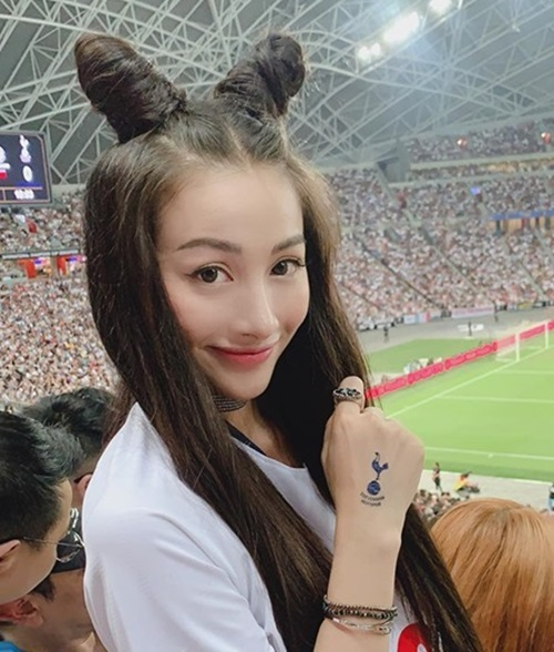 Nữ diễn viên Đắk Lắk để tóc Natra, có mặt tại sân vận động Quốc gia Singapore tối 21/7 (giờ địa phương)để cổ vũ cho thần tượng - cầu thủ Son Heung Min, đang chơi cho CLB Tottenham Hotspur. Là fan của môn thể thao vua, Yaya Trương Nhi hồi hộp chờ đợi kết quả trận đấu.