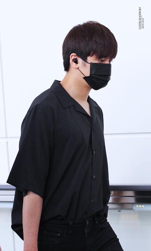 Chan Woo mặc nguyên cây đen.