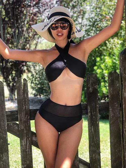 Hà Anh diện bikini khoét ngực khoe vẻ sexy.