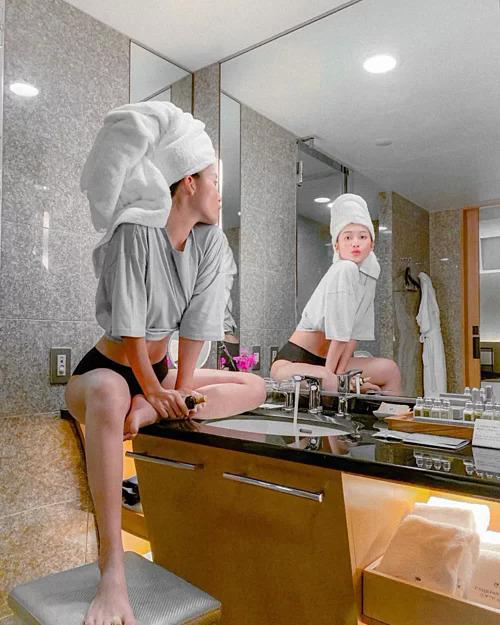 Khả Ngân mặc nội y tạo dáng trong phòng tắm.