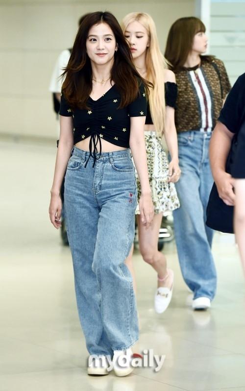 Lisa diện toàn đồ hiẹu, Ji Soo đã chịu hở ở sân bay - 2