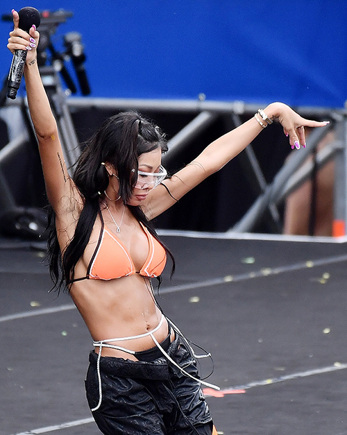 Rapper Jessi thường xuyên góp mặt ở Waterbomb với trang phục khiêu khích, khoe thân táo bạo.