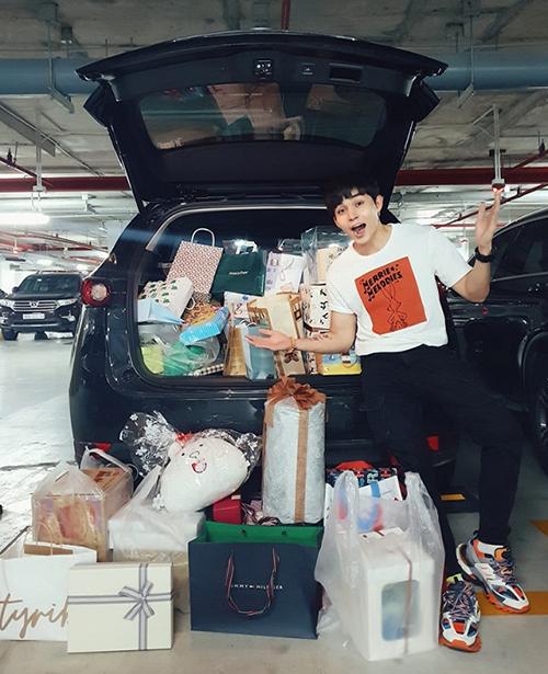 Sau Chạy đi chờ đi, Jun Phạm có thêm nhiều người yêu mến. Nam ca sĩ khoe nhận được núi quà không đựng vừa cốp xe hơi.