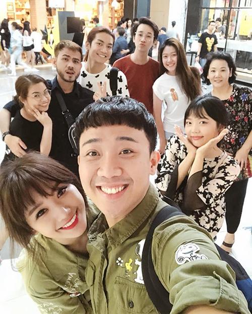 Khi đi chơi cùng người thân, bạn bè, Trấn Thành - Hari Won giữ sở thíchmặc đồ nhí nhố chứng minh là một cặp.