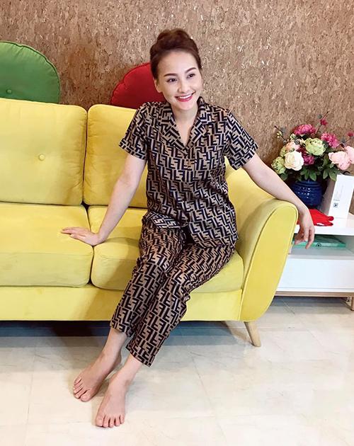 Các bộ pyjama này chủ yếu có họa tiết đơn giản nhưng trang nhã, một phần đến từ chính tủ quần áo của Bảo Thanh, một phần được các thương hiệu tài trợ.