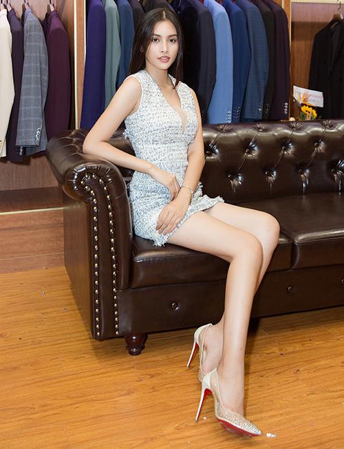 Tiểu Vy diện váy ngắn, khoét ngực có độ vừa phải, khoe đôi chân dài