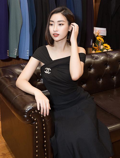 Đỗ Mỹ Linh khoe vẻ đẹp thanh lịch với chiếc váy trễ vai kết hợp phụ kiện Chanel.