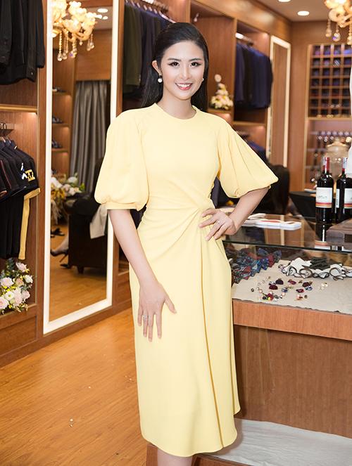 Ngoài thương hiệu áo dài mang tên mình tại Hà Nội, Ngọc Hân còn bà chủ của chuỗi cửa hàng thời trang nam tại ở Sài Gòn. Hôm qua (23/7), người đẹp đã khai trương showroom thứ 4 tại quận Gò Vấp và nhận được rất nhiều lời chúc mừng từ gia đình, bạn bè cũng như đồng nghiệp.