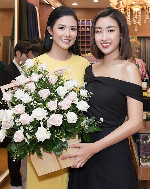 Hoa hậu Đỗ Mỹ Linh đến chúc mừng Ngọc Hân. Cả hai có mối quan hệ thân thiết dù đăng quang Hoa hậu Việt Nam cách nhau 6 năm.
