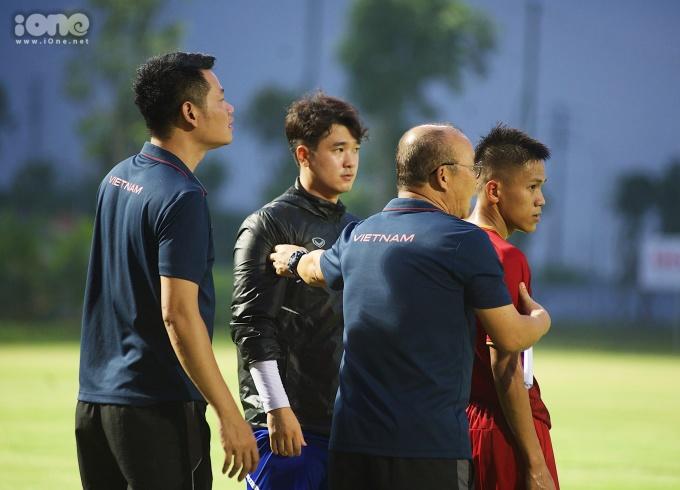 <p> Sau một hồi quan sát, ông Park trực tiếp chỉ đạo cho một vài cá nhân. Ở hiệp 3 (trận đấu chia làm 3 hiệp, mỗi hiệp 30 phút), U22 Việt Nam đã có những pha tấn công rõ nét hơn dẫn đến chiến thắng với tỷ số 2-0 từ pha ghi bàn của Trọng Long và Tiến Đạt.<br /><br /> Sau đợt tập trung thứ hai này, các cầu thủ sẽ trở lại câu lạc bộ để thi đấu tại V.League và giải Hạng Nhất QG. Đợt tập trung thứ ba sẽ bắt đầu từ ngày 5/8.</p>