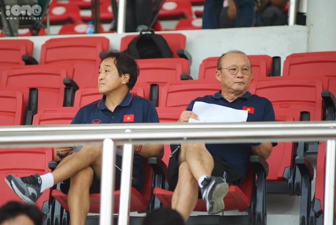<p> HLV Park ngồi trên khán đài để theo dõi trận đấu. Bên cạnh chiến lược gia người Hàn là trợ lý Lee.</p>