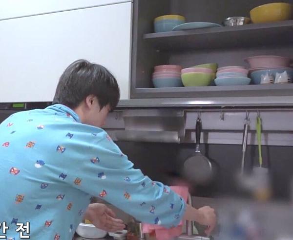 Tuy nhiên, điều bất ngờ làBTS vẫn giữ lại món quànăm xưa. Trong một video quay năm 2018,bộ bát nhiều màu vẫn xuất hiệntrong ngăn tủ bếp tại căn hộ sang trọng của nhóm.