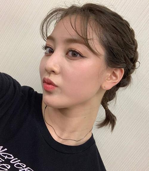 Ji Hyo mất điểm vì bọng mắt khá to, có dấu hiệu của nếp nhăn và quầng thâm lờ mờ.