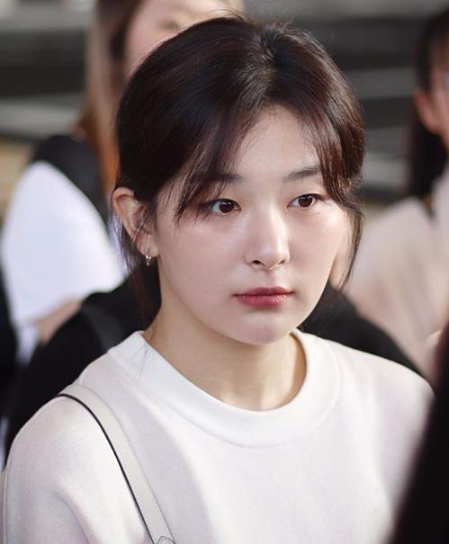 Ngược lại, đồng đội trong nhóm Red Velvet là Seul Gi lại ghi điểm với da mặt trắng hồng, láng mịn.