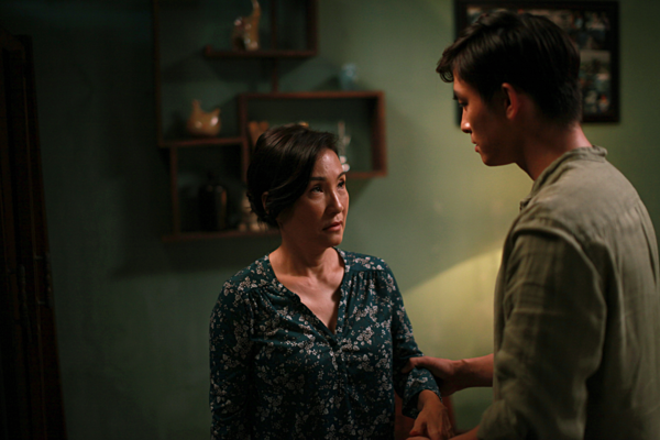 Diễn viên Hồng Đào (phải) đã có một vai diễn nhiều cảm xúc trong Thưa mẹ con đi.