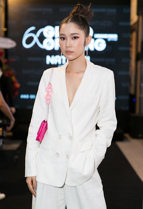 Trước đây, Quỳnh Hương trung thành với hình ảnh nhẹ nhàng, mong manh. Thời gian gần đây, cô chuyển sang mê style khỏe khoắn kiểu Âu Mỹ.