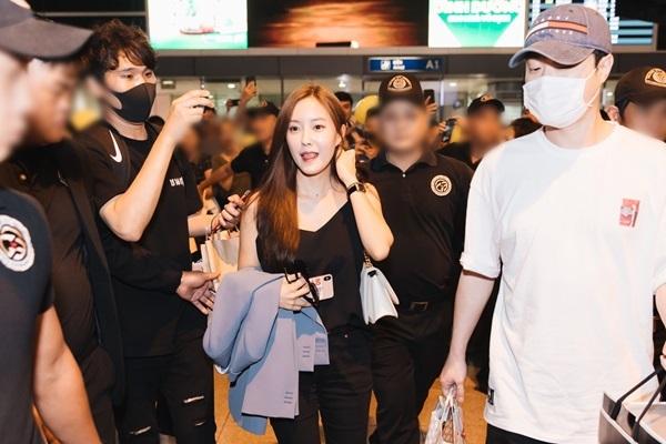Vừa ra khỏi cổng đón, Hyomin đã nở nụ cười tươi tắn, khoe vẻ xinh đẹp.