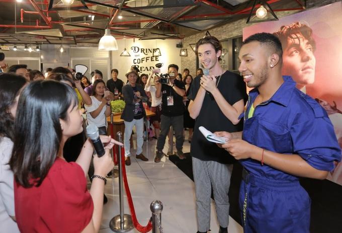 <p> Sau màn trình diễn, Greyson Chance nán lại để giao lưu cùng người hâm mộ Việt Nam. Anh bày tỏ rất thích sự thân thiện, dễ thương của người Việt Nam và thích thú khi khám phá văn hóa.</p>