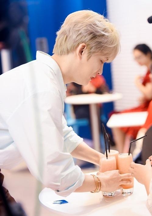 Trong quá trình diễn ra sự kiện, Jae Joong luôn tươi cười và cố gắng tạo nên sự gần gũi với fan.