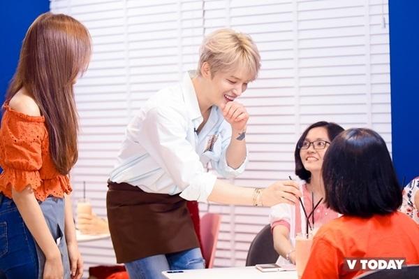 Các fan có mặt đã vô cùng hạnh phúc khi được tiếp cận gần thần tượng, được anh phục vụ đồ uống. Kim Jae Joong còn ngọt ngào đồng ý uống cùng ly nước với fan.