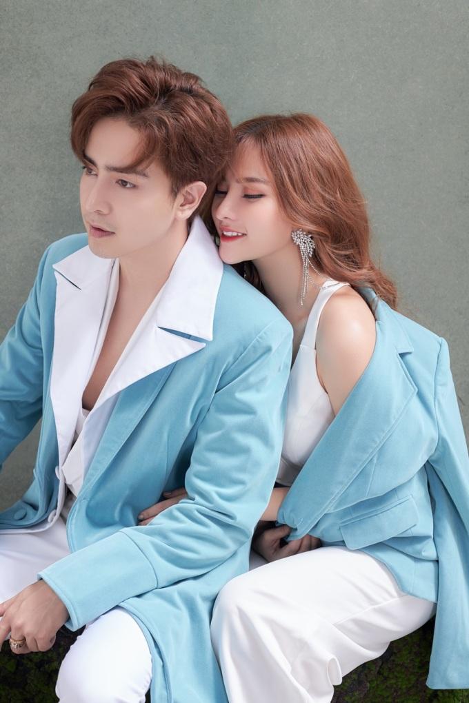 <p> Một điều khiến cô yên tâm và hạnh phúc nhất, là việc Kin Nguyễn luôn đối xử, chăm lo cho con trai riêng của cô - bé Henry - như con ruột.</p>