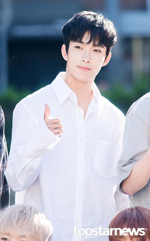 DK tên thật là Lee Seok Min. Năm 2018, anh chàng vào top những nam idol được cộng đồng gay xứ Hàn yêu thích nhất. Điểm thu hút trên gương mặt DK chính là đôi mắt cười một mí đặc trưng và sóng mũi thẳng tắp. Ngoài ra tính tình ấm áp cũng chính là điều giúp anh ghi điểm trọng vẹn với các fan.
