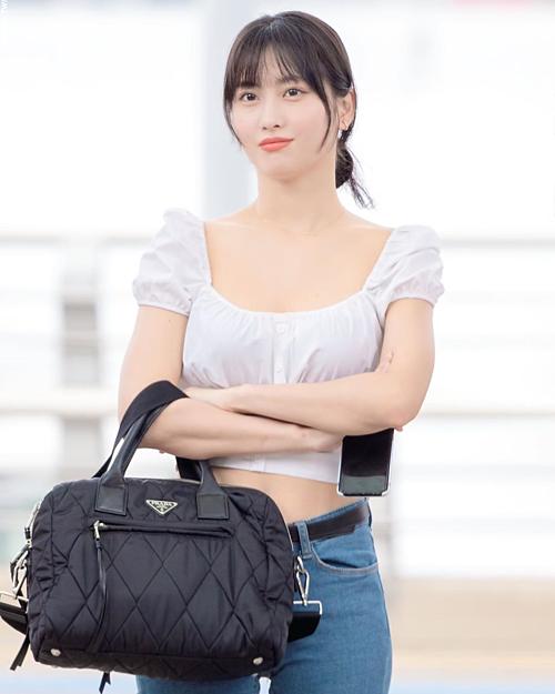 Áo tay bồng cổ vuông cũng là lựa chọn của Momo (Twice) trước đó. Cô nàng được netizen nhận xét dịu dàng, thanh lịch.