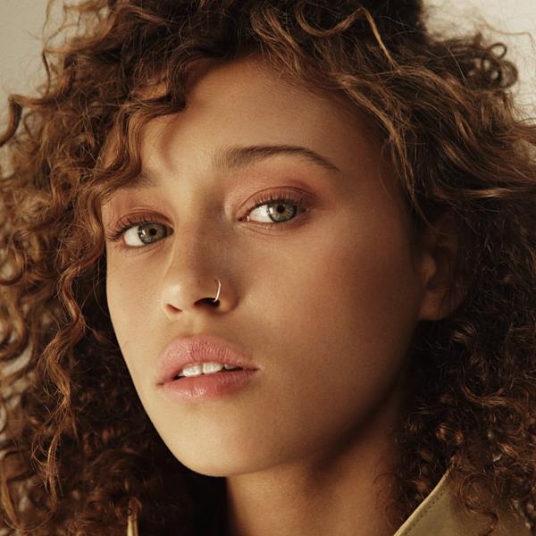 Nữ diễn viên 21 tuổi sở hữu vẻ đẹp