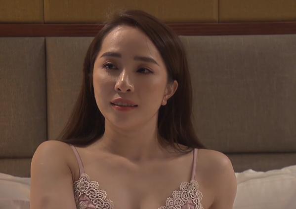 Từ khi chính thức thành tình nhân của Vũ, Nhã càng ăn mặc mát mẻ hơn. Trong những phân cảnh ở nhà, cô đều mặc nội y ren rất sexy.