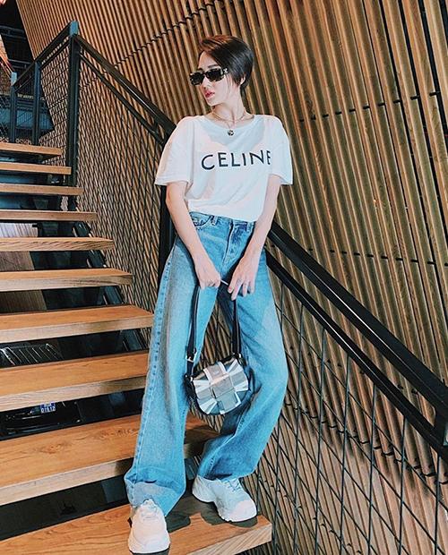 Áo thun Celine giá khoảng 12,5 triệu đồng được Bảo Anh kết hợp quần jeans lùng bùng tạo vẻ chất ngầu.