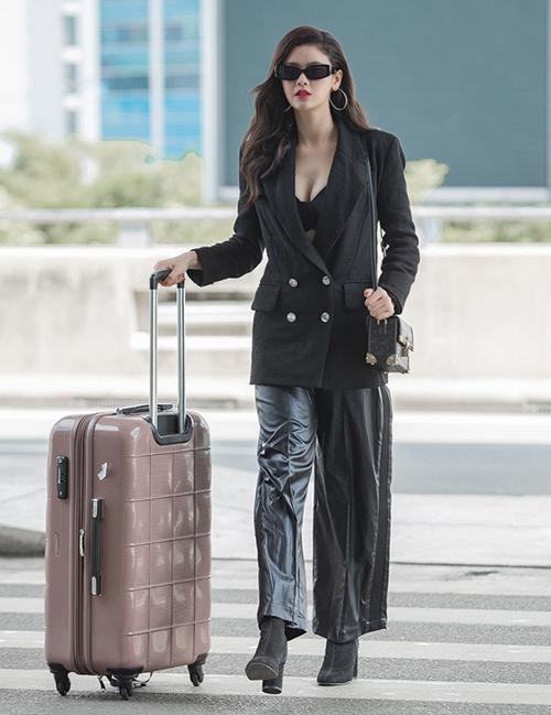Trương Quỳnh Anh mặc áo khoe vòng một khi ra sân bay.