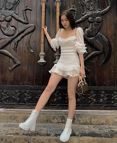 Dù có vẻ ngoài mong manh nhưng Quỳnh Hương rất chuộng phong cách ngầu. Chân dài tạo hình ảnh đối lập thú vị khi mix váy xếp bèo với boots hầm hố.