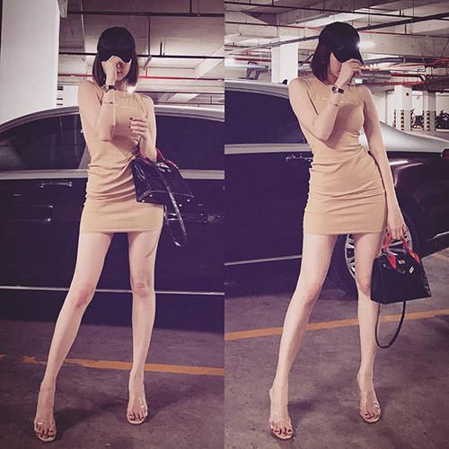 Chiếc váy ngắn cũn giúp Ngọc Trinh khoe vóc dáng chuẩn.