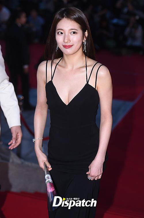 Nhờ gương mặt thuần khiết, cũng như đa dạng trong biểu cảm, thần thái, bạn gái cũ của Lee Min Ho dễ dàng chuyển từ hình ảnh ngây thơ sang quyến rũ, thu hút ánh nhìn.