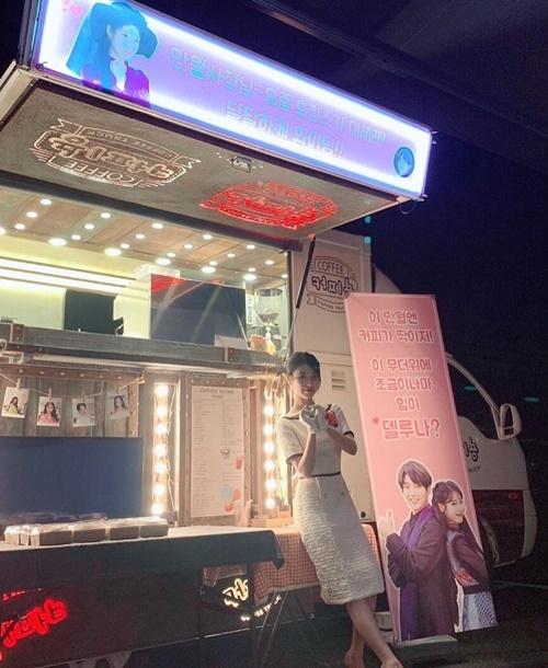 Lee Jun Ki không chỉ làm cameo trong phim mới Hotel Del Luna của IU mà còn gửi tặng cô nàng xe cà phê đến trường quay.